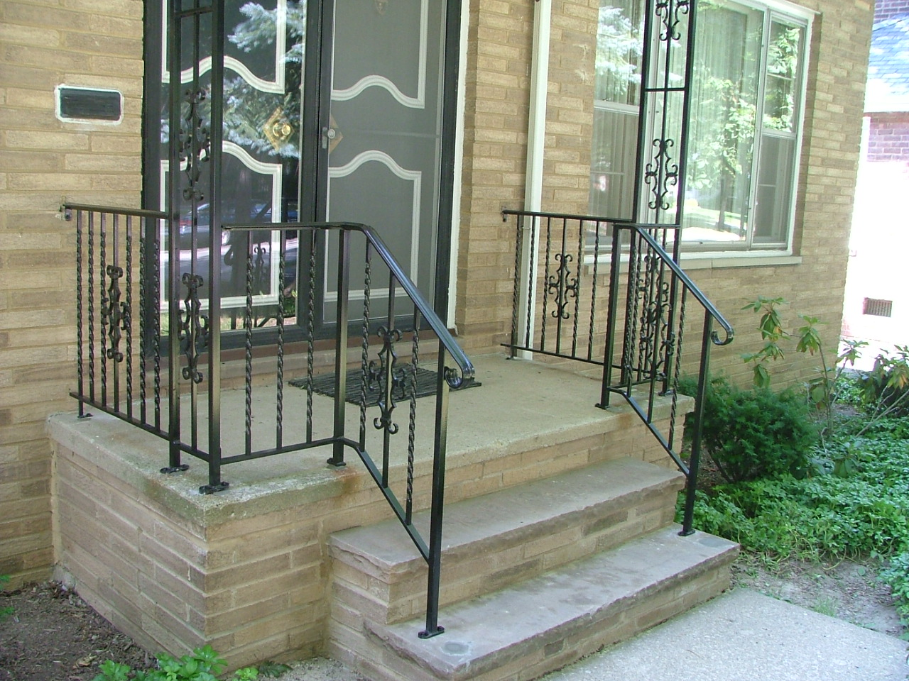 Front porch step railings how to build a porch stair for Front balcony railing