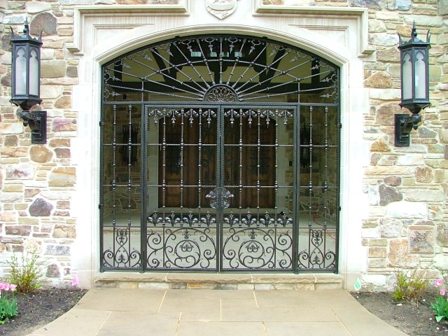 hammered bar man gate with finials